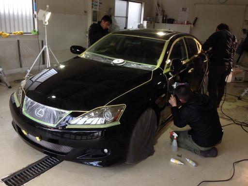 TOYOTA202ブラックのLEXUS ISにボディコーティングを施工しているところ