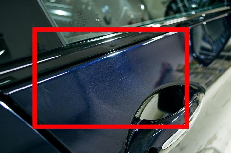 BMW 528i f10のドア上の研磨前の状態。磨かれた跡がくっきりと残っている