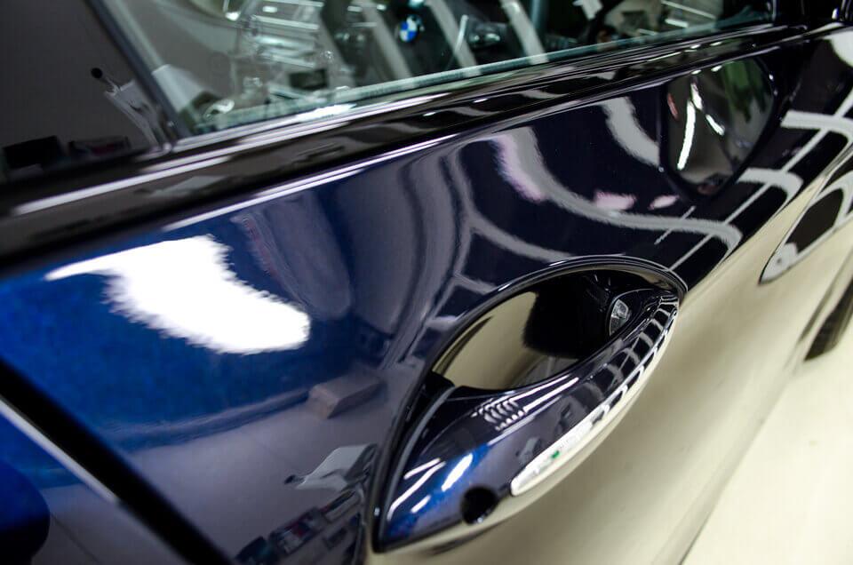 BMW 528i f10のドア上の研磨後。クリアなボディに。