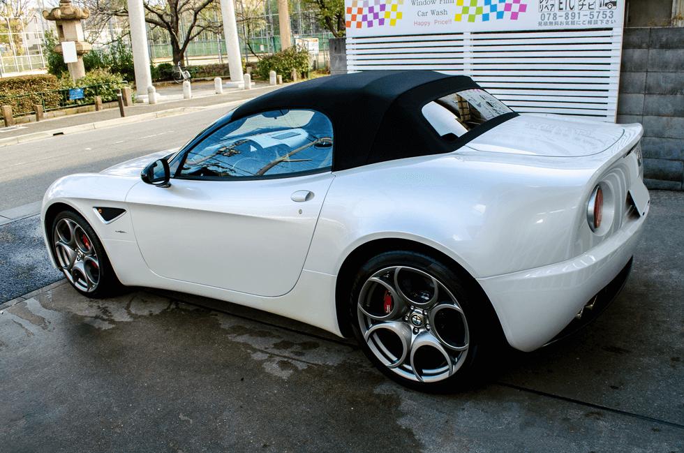 Alfa Romeo 8C SpiderにGENESISガラスコーティング、ウィンド撥水コーティング、ホイールコーティング、幌撥水コーティング、プロテクションフィルムを施工し完成した写真。後方右側より