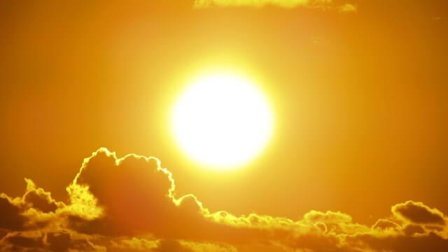 輝く太陽。太陽光が塗装に悪影響を及ぼす。