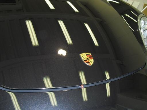 Porsche Caymanのボディーコーティングを施工した後のボンネットの状態