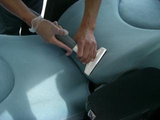 CITROEN C4 Picassoの汚れたシートをクリーニングしているところ