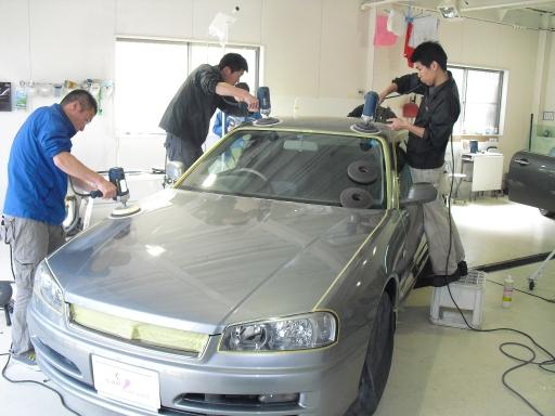 平成13年式 日産スカイライン 25GT-V(R34)にコーティングの研磨をしているところ