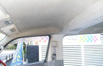 タバコの煙で黒ずんでいる業務用ワゴン車の天張り