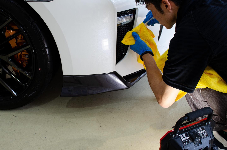 日産 GT-R R35にコーティングを施工しているところ