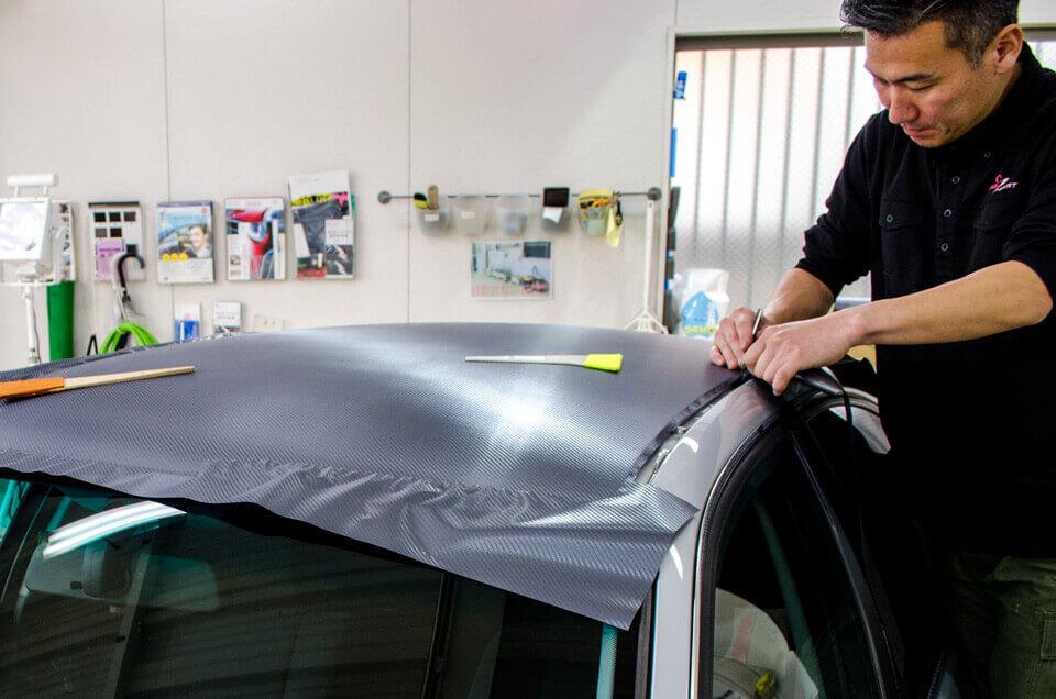 BMW 3 シリーズ E46にカーボンシートを貼り付けしているところ