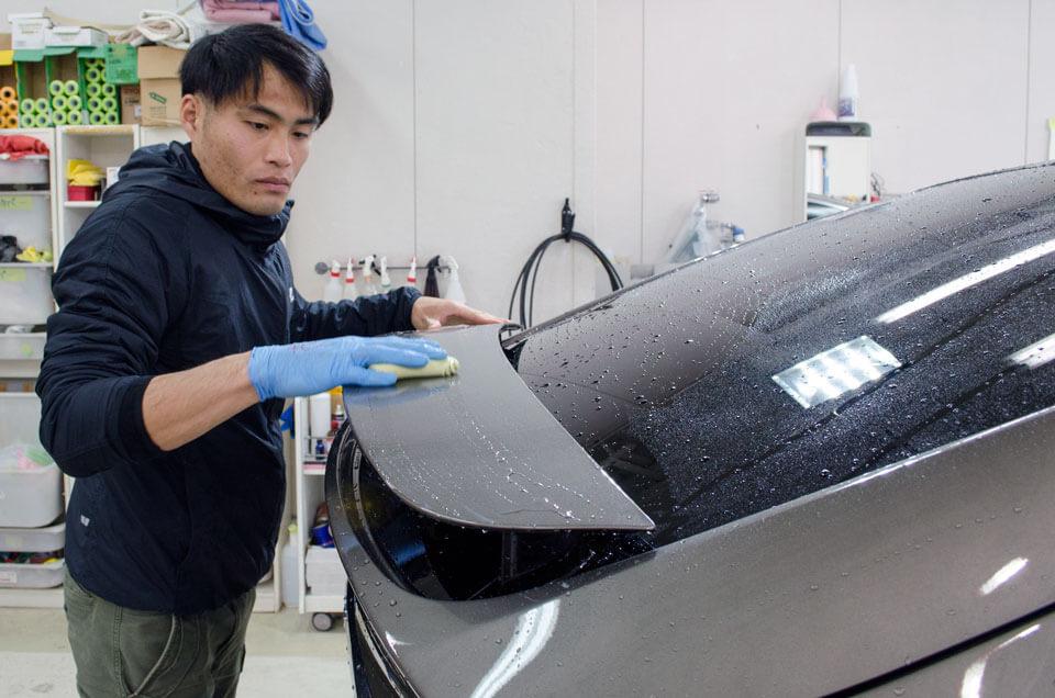 Tesla model Xにボディコーティングを施工する前に粘土で鉄粉処理をしているところ