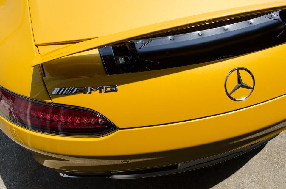 Mercedes-AMG GT Sのコーティングメンテナンス後のリア。汚れが全てなくなり、ゴールドイエローメタリックのボディが輝くように。
