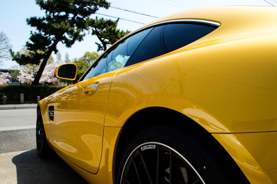 Mercedes-AMG GT Sのコーティングメンテナンス後のリアより。汚れが全てなくなり、ゴールドイエローメタリックのボディが輝くように。