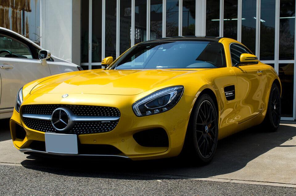 Mercedes AMGGTSのコーティングメンテナンス後。前方右側より。汚れが全てなくなり、ゴールドイエローメタリックのボディが輝くように。