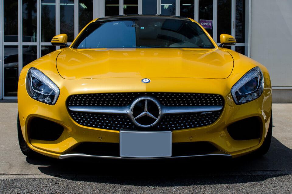 Mercedes-AMG GT Sのコーティングメンテナンス後。真正面より。汚れが全てなくなり、ゴールドイエローメタリックのボディが輝くように。