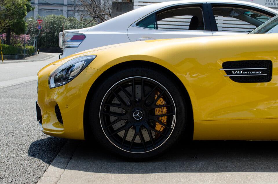 Mercedes-AMG GT Sのコーティングメンテナンス後。真横より。汚れが全てなくなり、ゴールドイエローメタリックのボディが輝くように。