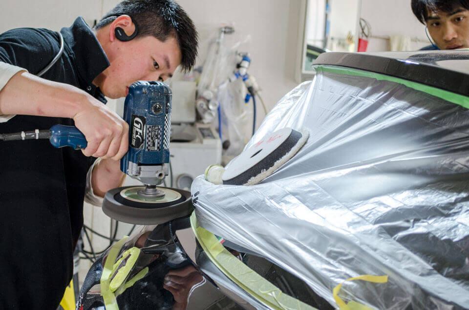 FIAT 500に研磨をしているスタッフ