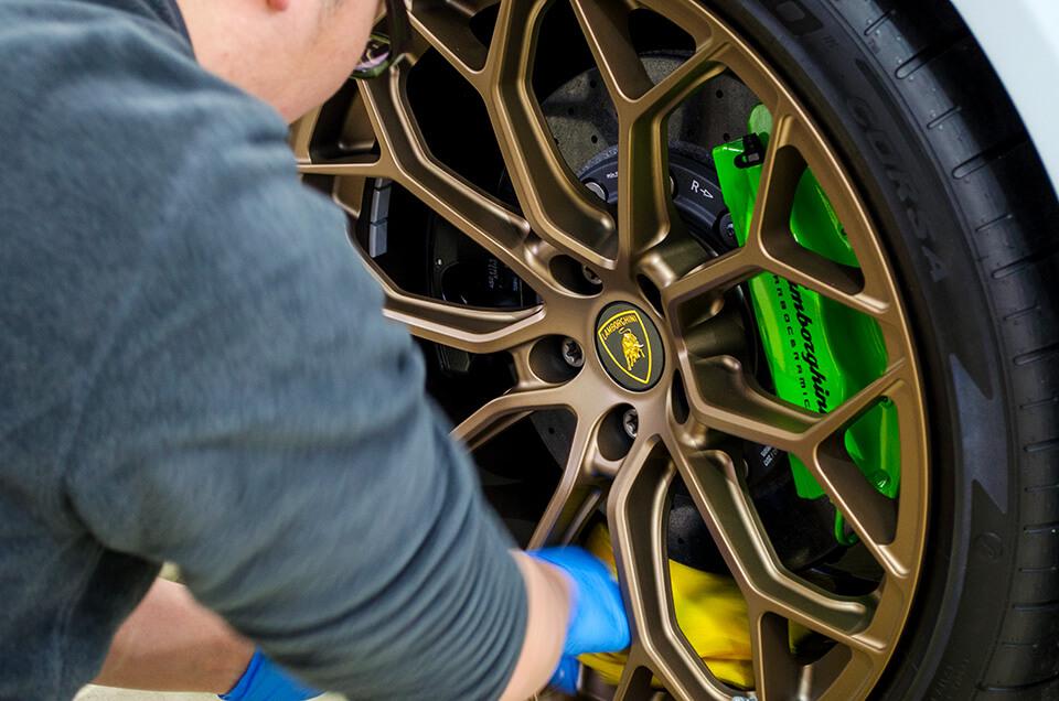 Lamborghini HURACÁN PERFORMANTE ランボルギーニ ウラカン ペルフォルマンテのホイールにコーティングを施工している所