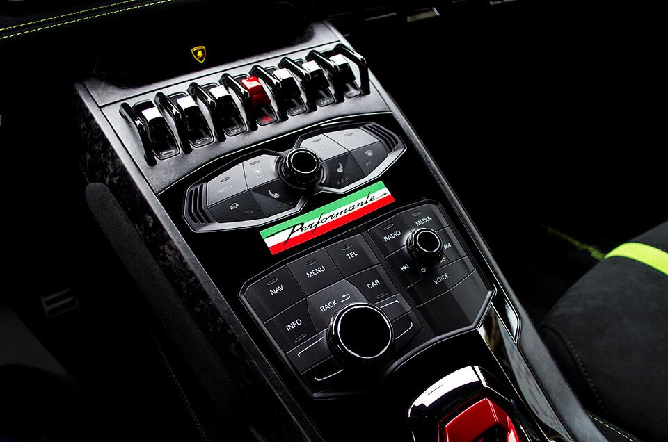 Lamborghini HURACÁN PERFORMANTE ランボルギーニ ウラカン ペルフォルマンテのセンターコンソールに施工した特注デカール