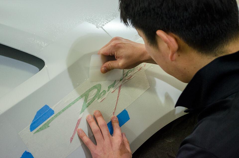 特注デカールをLamborghini HURACÁN PERFORMANTE ランボルギーニ ウラカン ペルフォルマンテ に貼り付けようとするエース級スタッフ