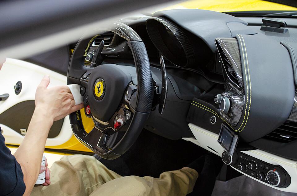 フェラーリ 488 スパイダーのハンドルにレザーコーティングをしているところ