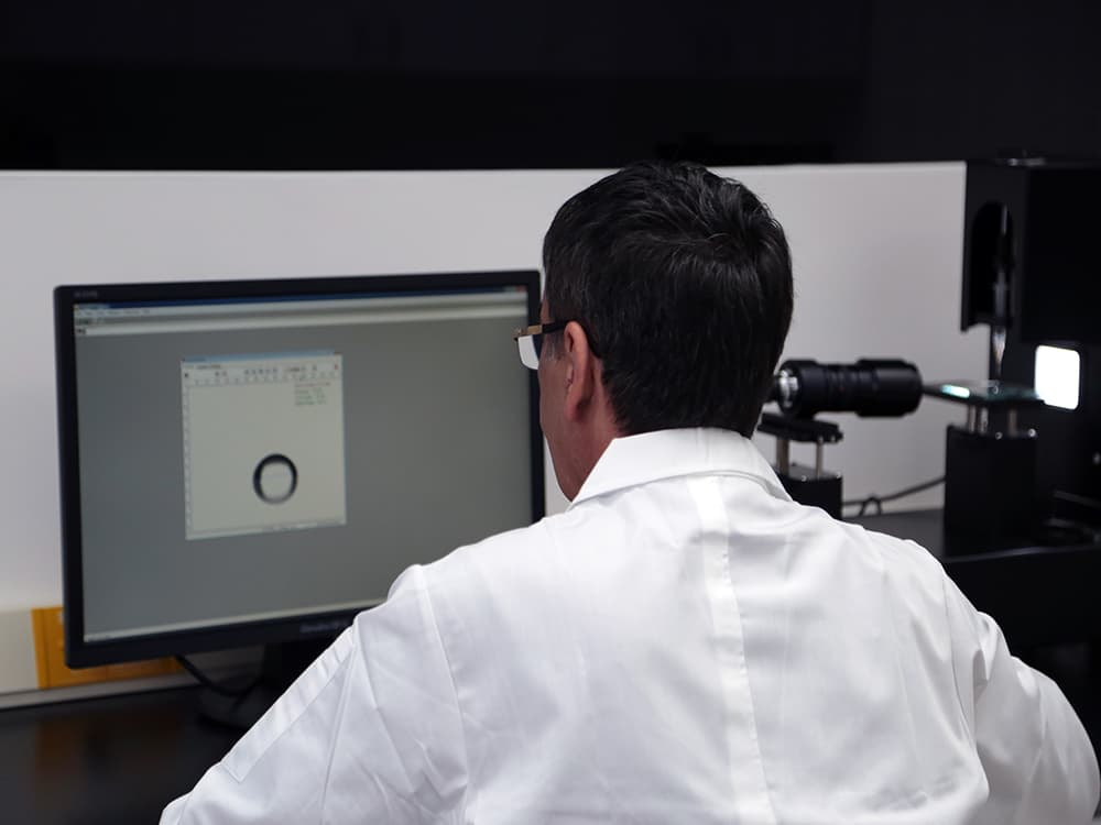 CHOOSE NanoTech 社の研究者が水接触角を計測しているところ