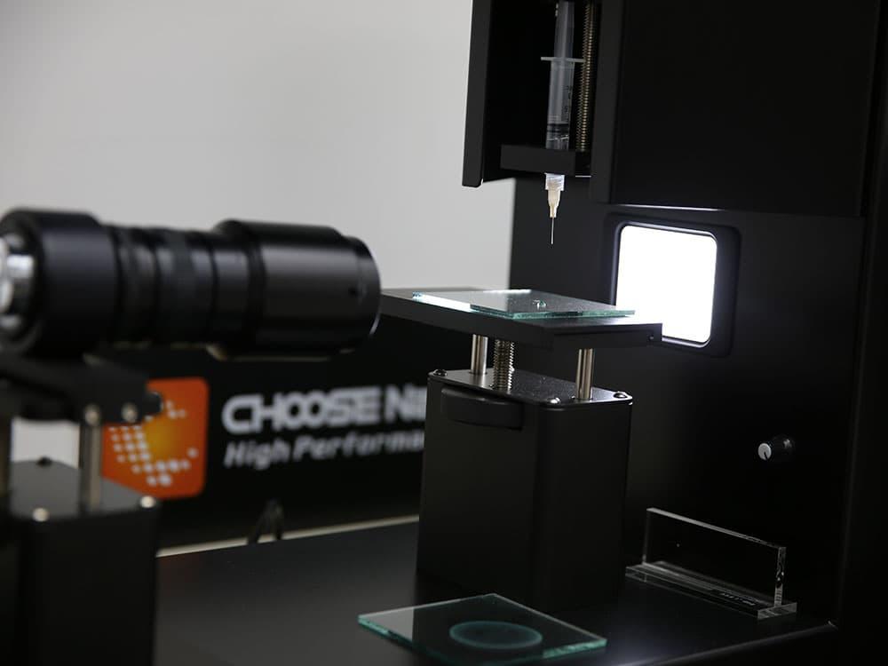 CHOOSE NanoTech 社で接触角測定装置を用いて水接触角を計測しているところ