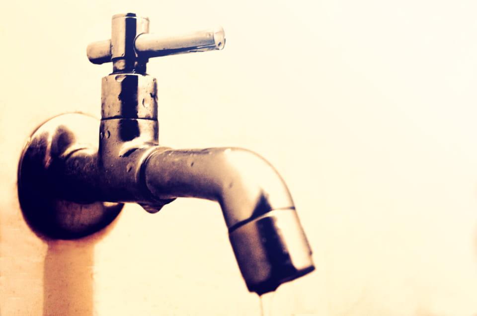 水道水にはミネラルなどの不純物が含まれており、塗装に悪影響を与える