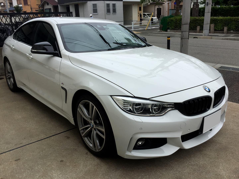 BMW M4のガーニッシュとサイドミラーにカーボン調シートのラッピングを行いました。