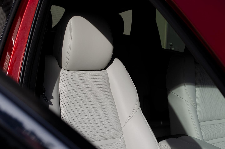 レザーコーティングを施工する前のMAZDA CX-8 の運転席のレザーシート