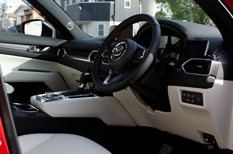 MAZDA CX-8 ソウルレッドクリスタルメタリックの運転席。白いレザー・ハンドルにレザーコーティングを施工してある。