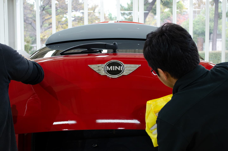 KUBEBOND DIAMOND9H ナノセラミックコーティングをMINI Crossover Cooper S R60に塗布しているところ