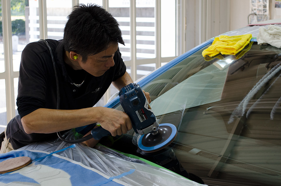 Volkswagen Golfにフロントガラス研磨をしているところ