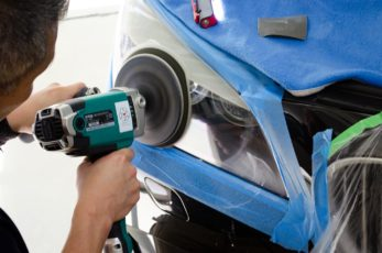 BMW 750iのヘッドライトにヘッドライト樹脂コーティングの研磨をしているところ