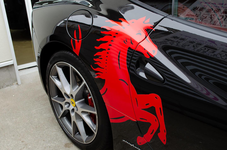 Ferrari Californiaの両サイドにオリジナルのFerrariエンブレムデカールを貼付いたしました。
