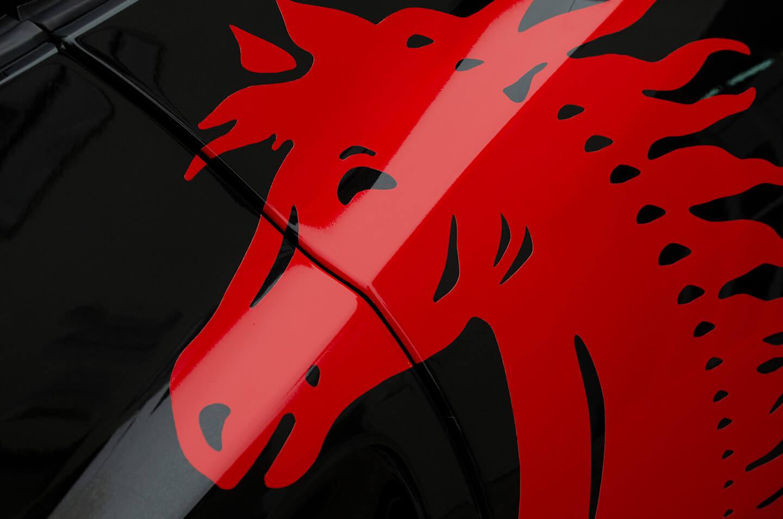 Ferrari CaliforniaのサイドにオリジナルのFerrariエンブレムデカールを貼付いたしました。