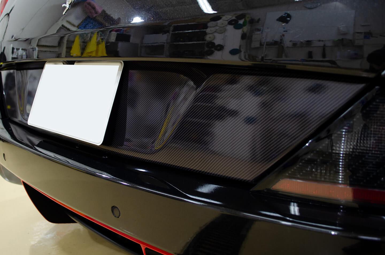 Ferrari Californiaのナンバープレート周りにカーボン調ラッピング、リアディフューザーに赤ラッピングを施工しました。