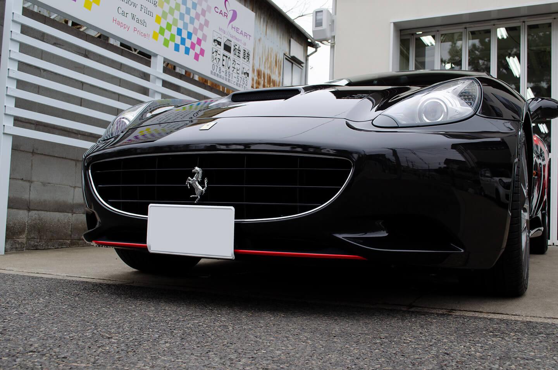 Ferrari Californiaのフロントディフューザーに赤ラッピングを施工しました。