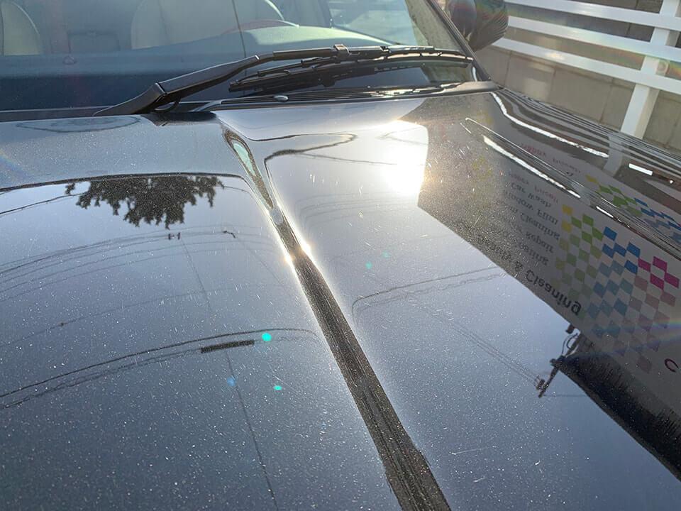 GENESIS STELLA ガラスコーティングを施工する前の2003年式 JAGUAR XJR。GENESIS STELLA ガラスコーティングを施工する前の2003年式 JAGUAR XJR。太陽で照らされたボディの傷。
