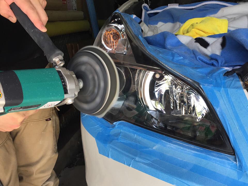 スバルレガシィのガサガサのヘッドライトをヘッドライトアクリル樹脂コーティングで研磨しているところ