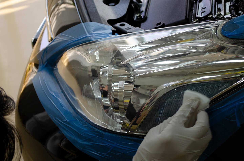 TOYOTA プリウス α にヘッドライトアクリル樹脂コーティングをしているところ