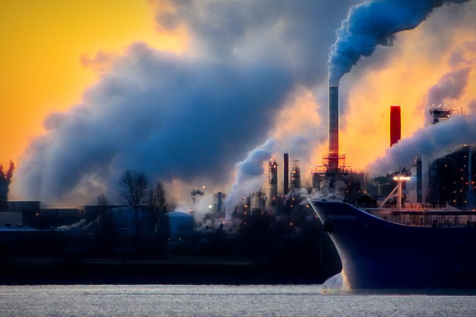 酸性雨は石炭などの化石燃料の燃焼や火山活動などにより発生する。