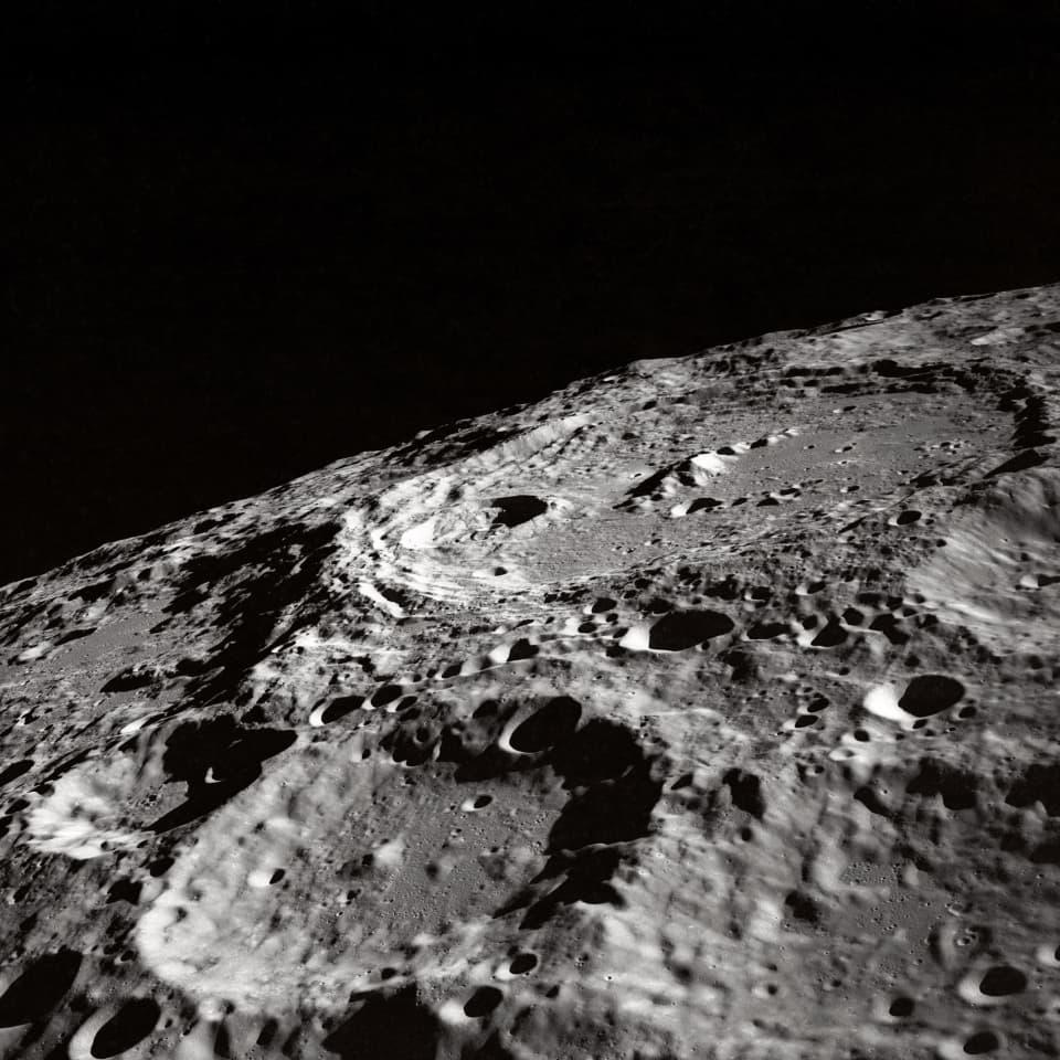 ウォータースポットは塗装を月のクレーターのように凹ませる