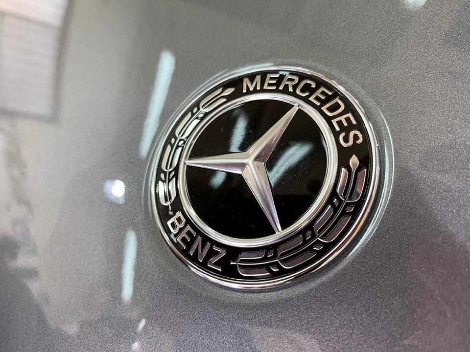 施工前のMercedes-Benzのエンブレム