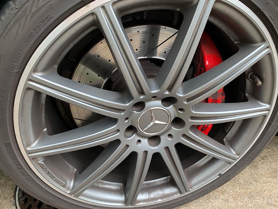 Mercedes-AMG E63 S 4MATIC の汚いホイールとブレーキキャリパー
