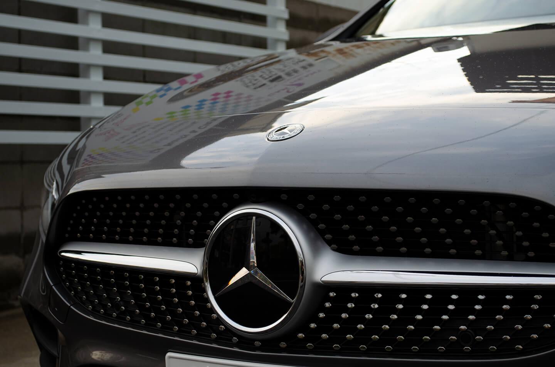 コーティングを施工したMercedes-Benz A180(W177) マウンテングレーのエンブレム