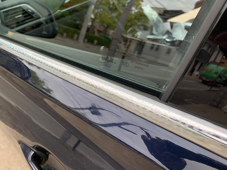 BMW F31のシミだらけのメッキモール