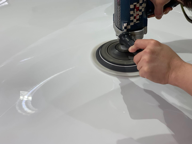 BMW 420i(F36)のボンネットを磨いているところ