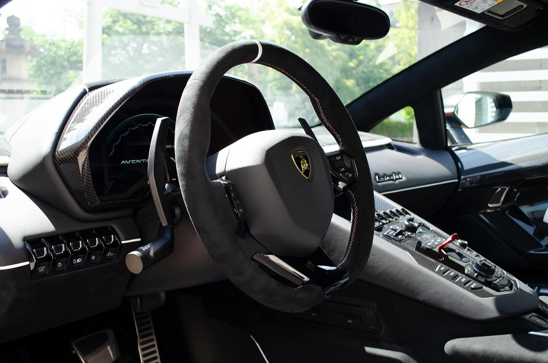 コーティングを施工したランボルギーニ アヴェンタドール SVJのステアリング・インテリア