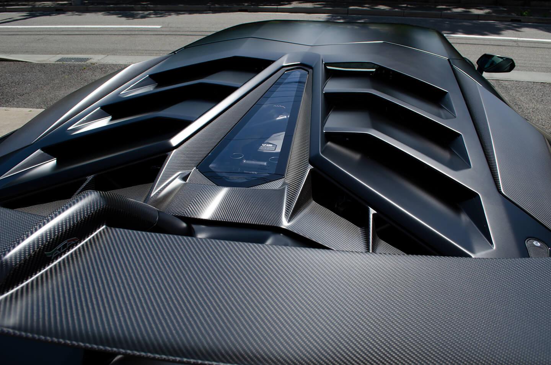 コーティングを施工したランボルギーニ アヴェンタドール SVJのエンジンフード