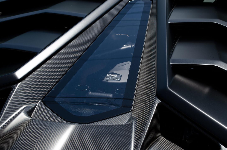 コーティングを施工したランボルギーニ アヴェンタドール SVJ の最高出力770 CV/8,500 rpm、0-100 km/h加速2.8秒のV12エンジン