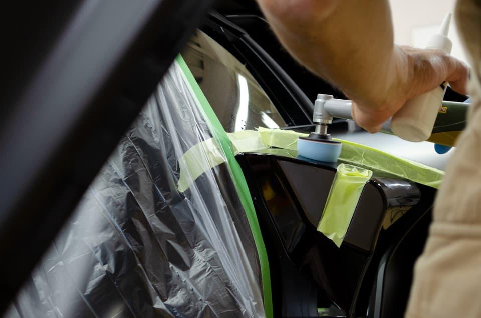 Lamborghini Aventador SVJのボディをミニポリッシャーで研磨しているところ
