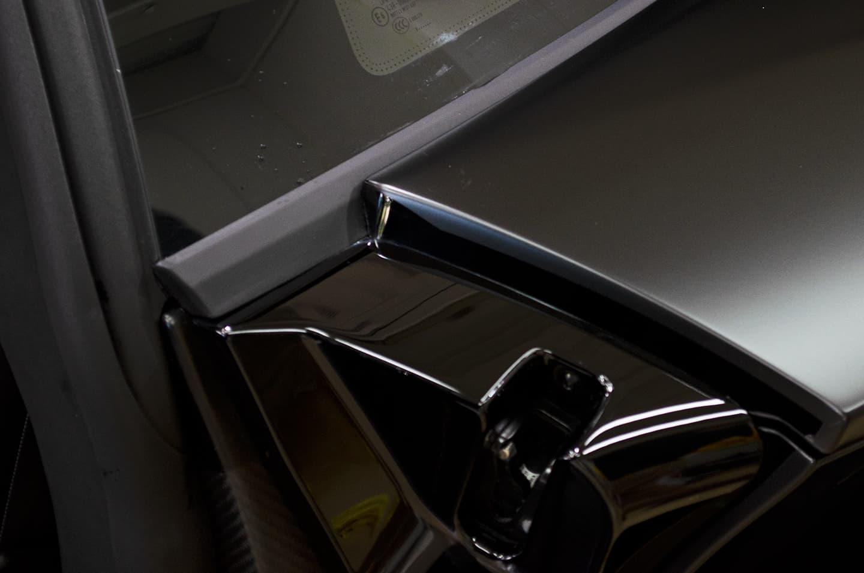 研磨でキレイになったランボルギーニ アヴェンタドール SVJのドア周り